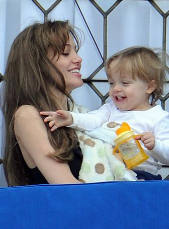 Us Weekly: Hot Pics Angelina Jolie & Knox