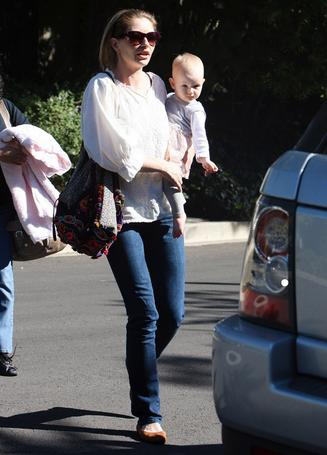 Rebecca Gayheart and Billie with Little Giraffe Blanket3