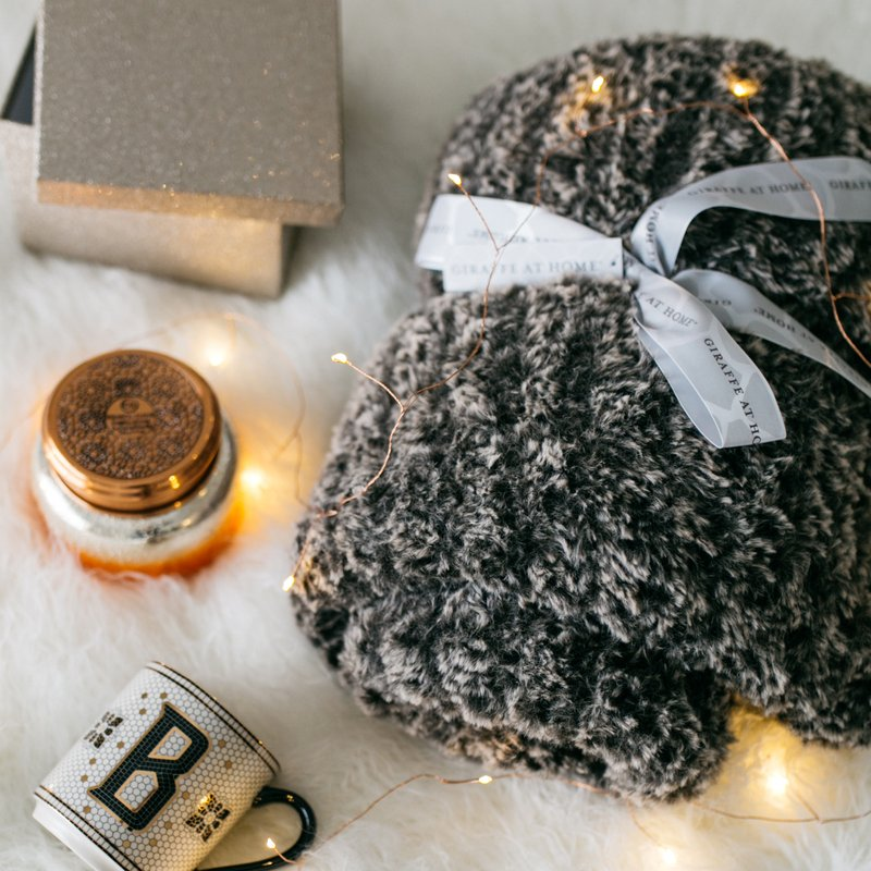 Gift-giving made easy. Featuring of our cozy Luxe Knit Throw (tap to shop). Photo by @onesmallblonde