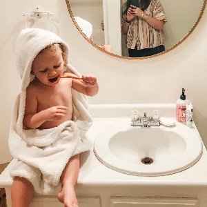 Bathtime bonding. Have you checked out our ultra-soft baby towels? (link in bio!)
