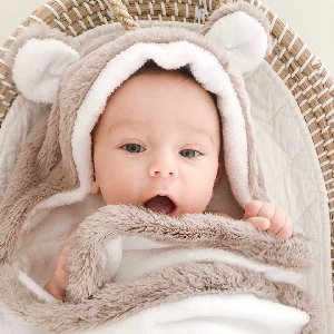 Cozy little cub! It's hard NOT to get a cute shot of your babe in our Luxe Baby Towel! Photo by @jensereda